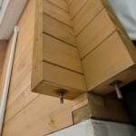ログ壁の最上段から最下段まで通しボルトで固定されます。